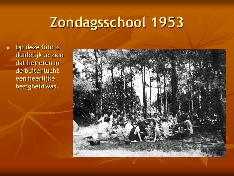 Zondagsschool 1953  Op deze foto is duidelijk te zien dat het eten in de buitenlucht een heerlijke bezigheid was.