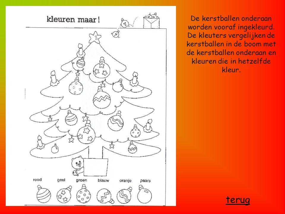 De kerstballen onderaan worden vooraf ingekleurd. De kleuters vergelijken de kerstballen in de boom met de kerstballen onderaan en kleuren die in hetz