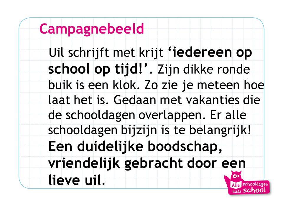 Campagnebeeld Uil schrijft met krijt 'iedereen op school op tijd!'. Zijn dikke ronde buik is een klok. Zo zie je meteen hoe laat het is. Gedaan met va