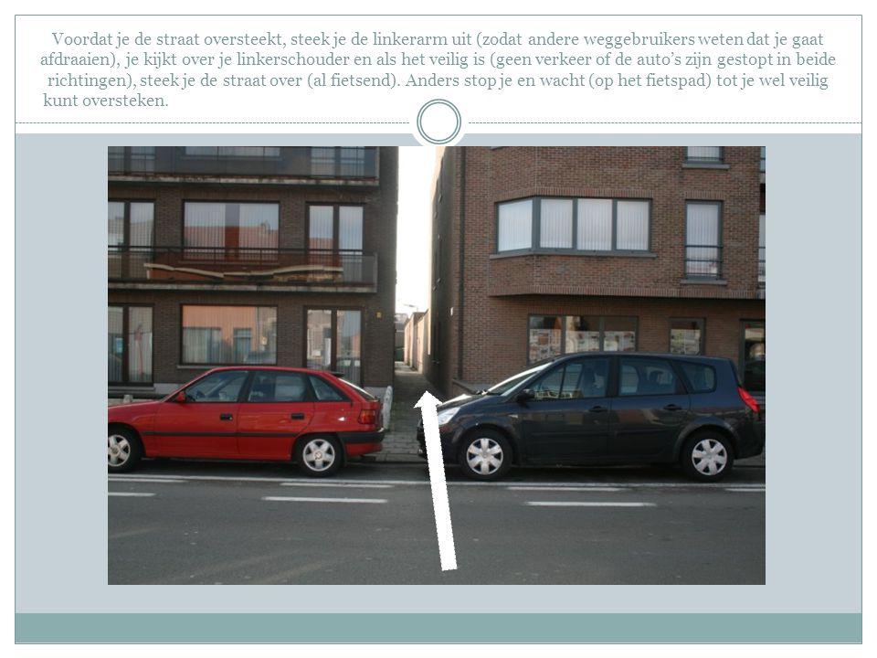 Voordat je de straat oversteekt, steek je de linkerarm uit (zodat andere weggebruikers weten dat je gaat afdraaien), je kijkt over je linkerschouder e