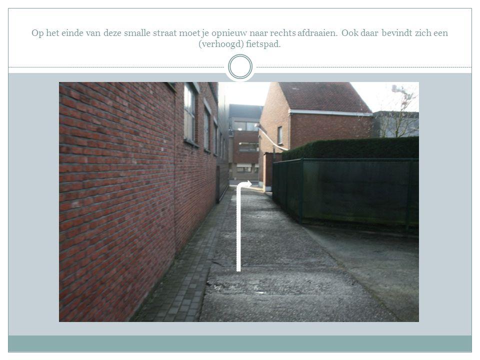 Op het einde van deze smalle straat moet je opnieuw naar rechts afdraaien. Ook daar bevindt zich een (verhoogd) fietspad.