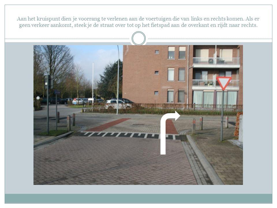 Blijf ook op dit fietspad aan de rechterkant (zoals aangeduid met de witte pijl).