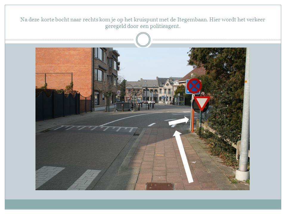 Na deze korte bocht naar rechts kom je op het kruispunt met de Itegembaan. Hier wordt het verkeer geregeld door een politieagent.