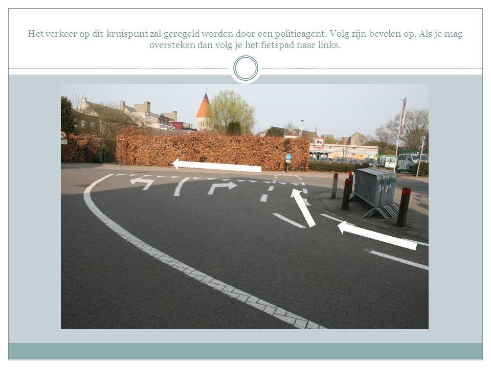Het verkeer op dit kruispunt zal geregeld worden door een politieagent. Volg zijn bevelen op. Als je mag oversteken dan volg je het fietspad naar link