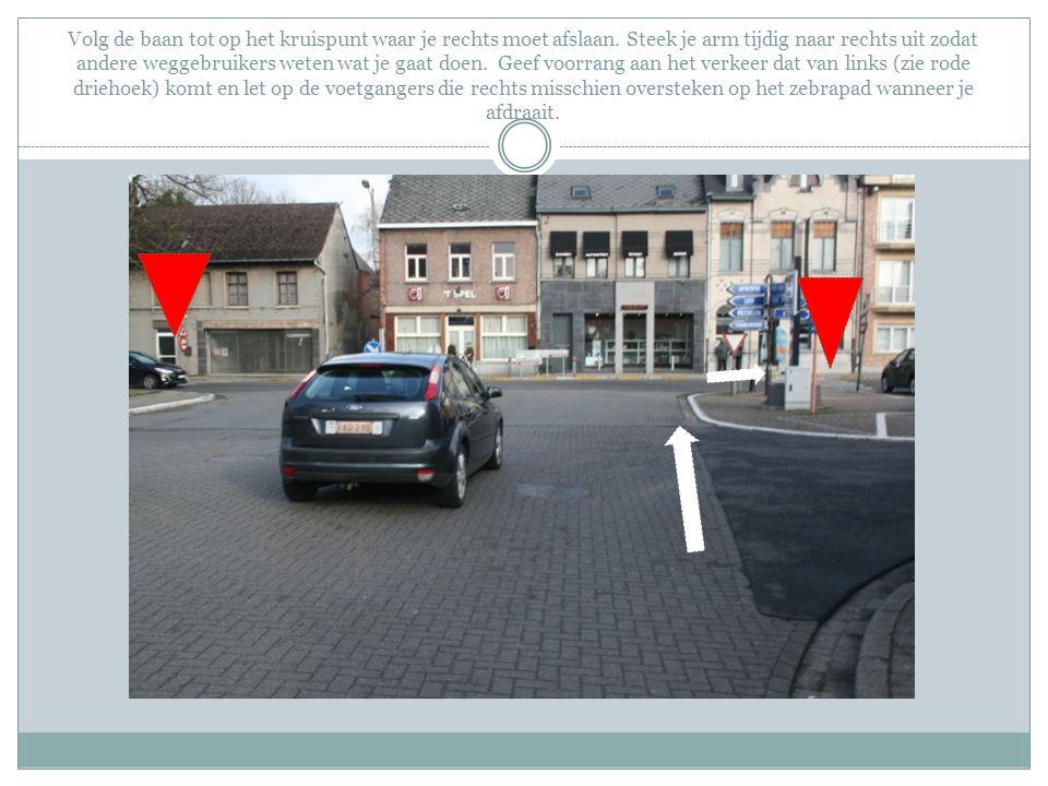Volg de baan tot op het kruispunt waar je rechts moet afslaan. Steek je arm tijdig naar rechts uit zodat andere weggebruikers weten wat je gaat doen.
