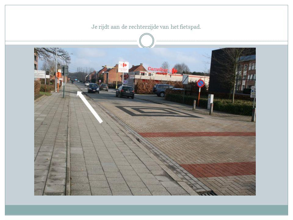 Aan dit kruispunt dien je rechtdoor te rijden.
