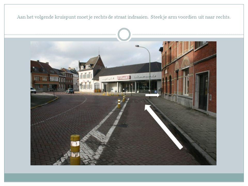 Aan het volgende kruispunt moet je rechts de straat indraaien. Steek je arm voordien uit naar rechts.
