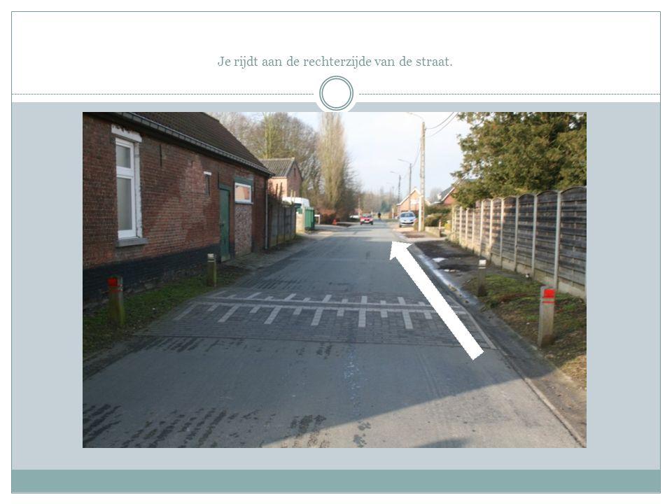 Zoals reeds gezegd, wees zeer voorzichtig bij het oversteken van dit kruispunt aangezien er (vooral) van links en rechts auto's kunnen komen die geen voorrang verlenen aan de fietsers.