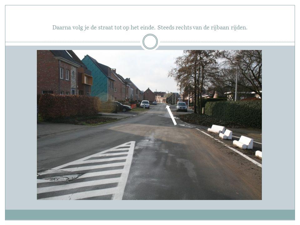 Hier steek je de arm naar rechts uit en verleent eerst voorrang aan de fietsers die zich reeds op het fietspad bevinden.