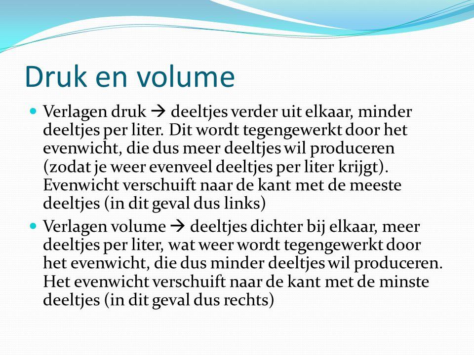 Druk en volume  Verlagen druk  deeltjes verder uit elkaar, minder deeltjes per liter. Dit wordt tegengewerkt door het evenwicht, die dus meer deeltj