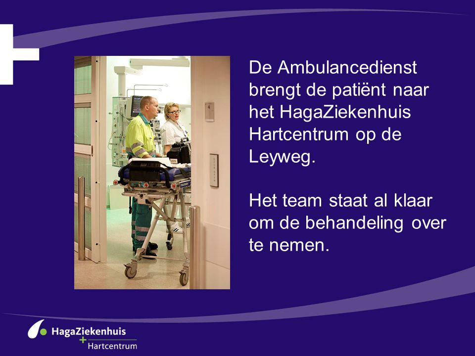De Ambulancedienst brengt de patiënt naar het HagaZiekenhuis Hartcentrum op de Leyweg. Het team staat al klaar om de behandeling over te nemen.