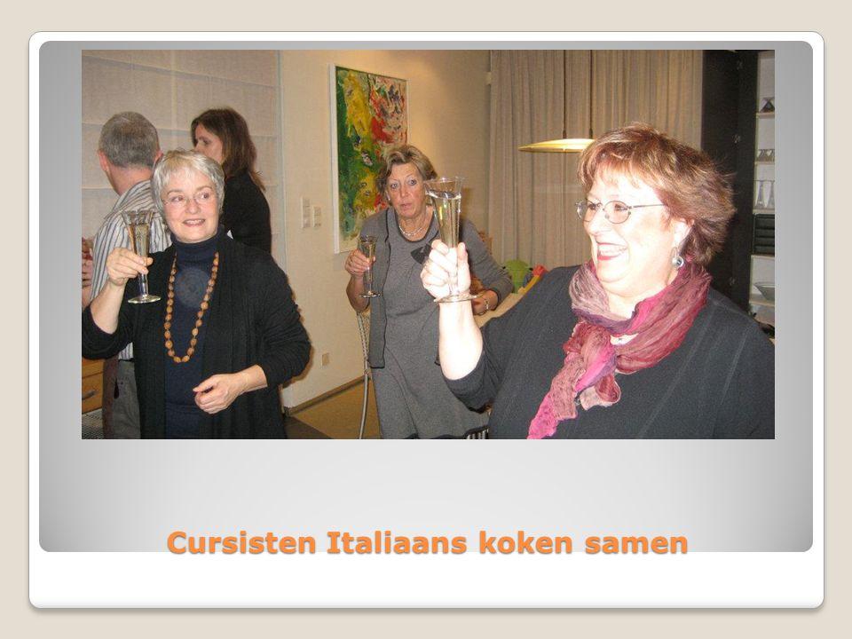Cursisten Italiaans koken samen