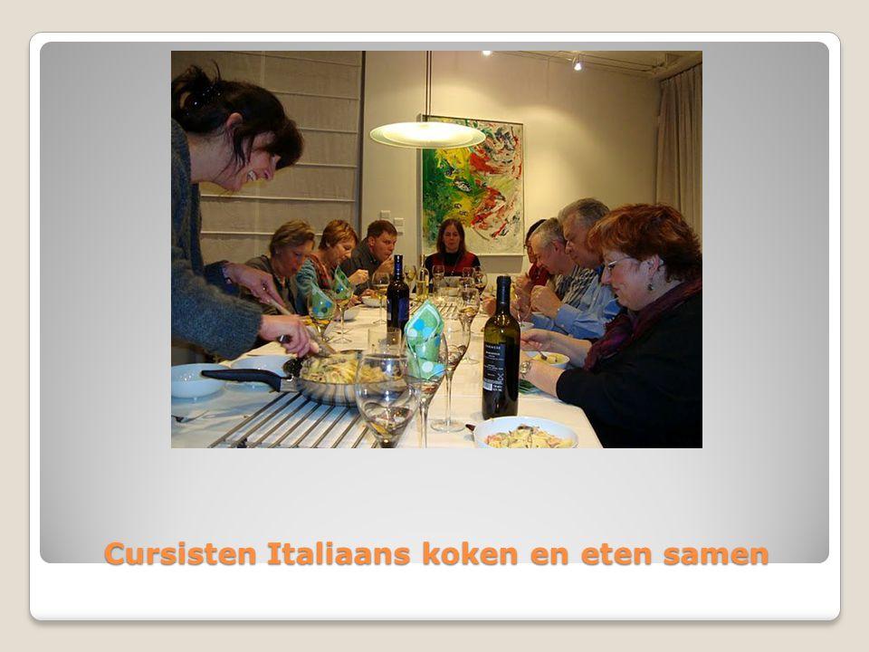 Cursisten Italiaans koken en eten samen