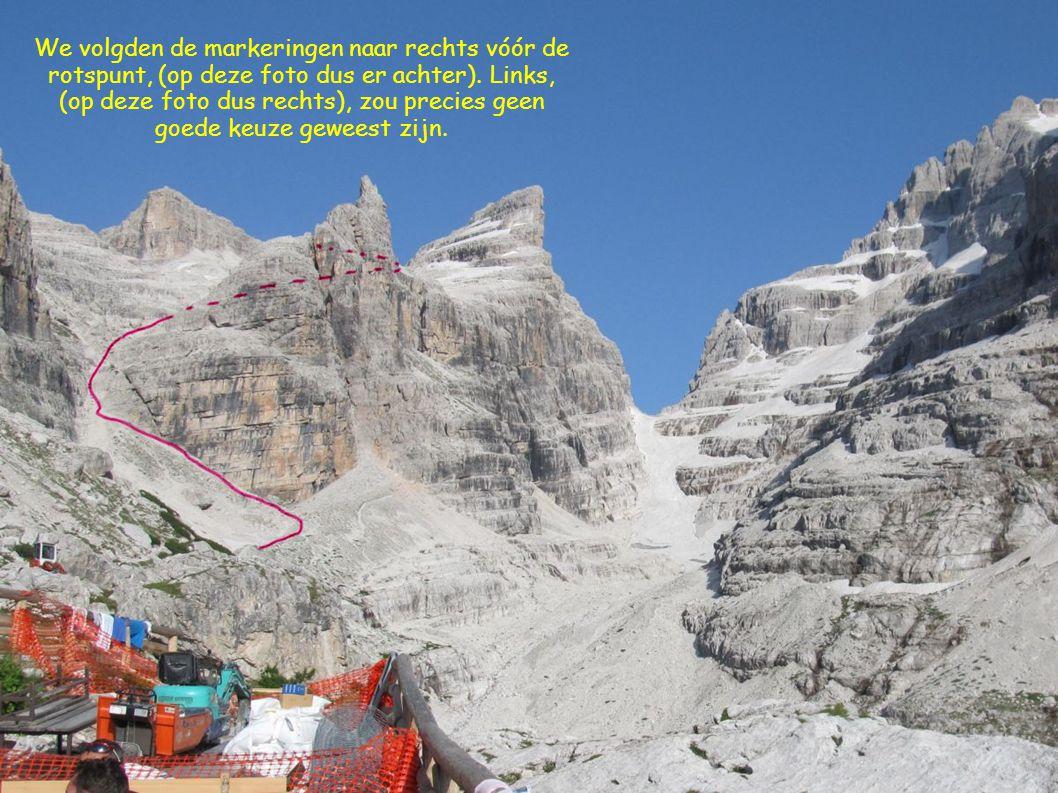 We volgden de markeringen naar rechts vóór de rotspunt, (op deze foto dus er achter). Links, (op deze foto dus rechts), zou precies geen goede keuze g