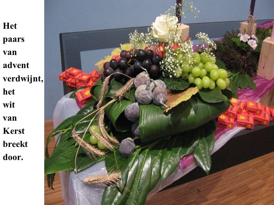 De doosjes met rozijnen mogen aan het einde van de dienst door de kinderen uit het bloemstuk gehaald worden.