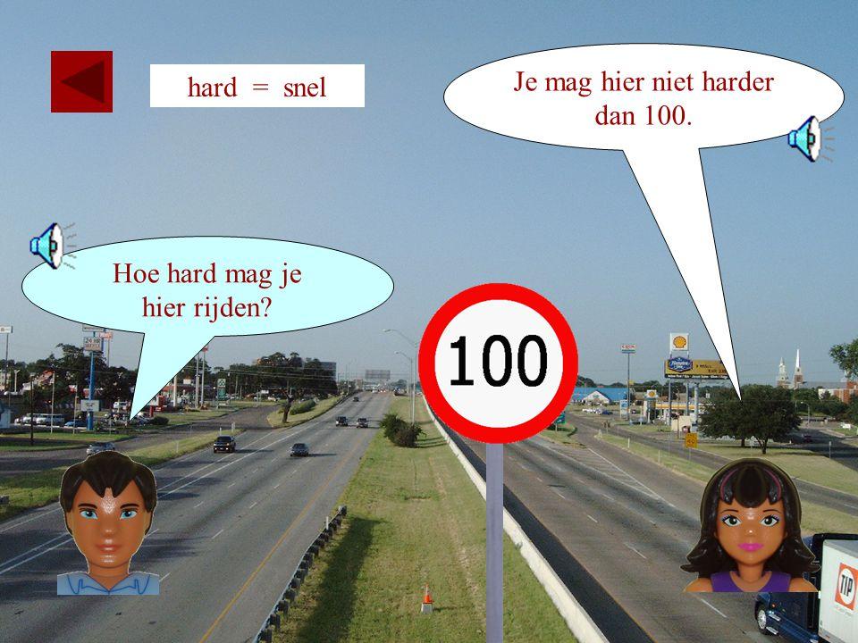 21 Hoe hard mag je rijden in een stad ? Je mag niet harder dan 50 kilometer per uur. hard = snel