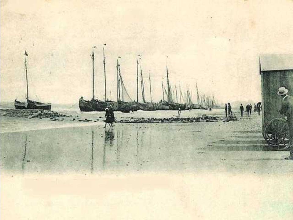 De Heistse vissersvloot op het strand bij laag water