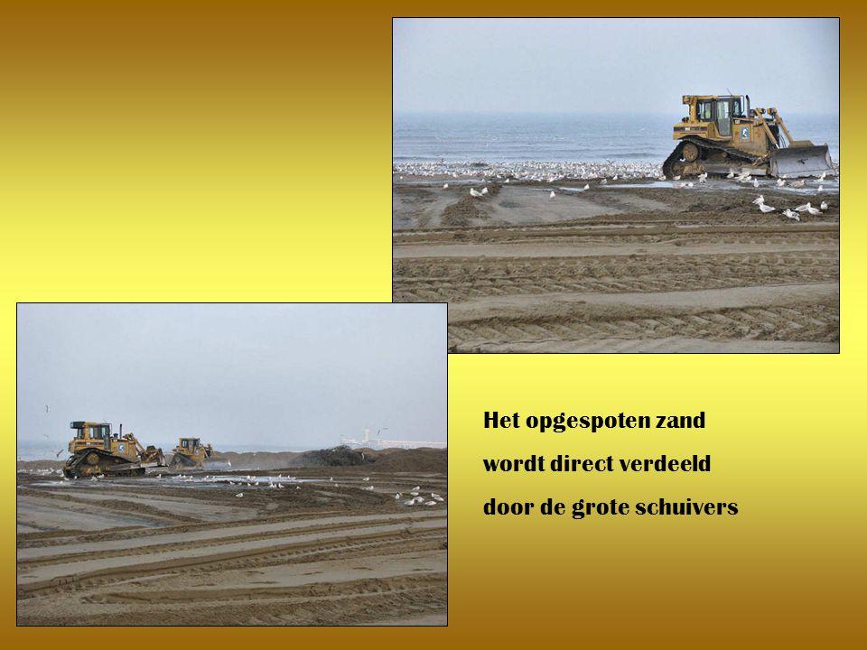 Links het havenhoofd en rechts opgespoten zand