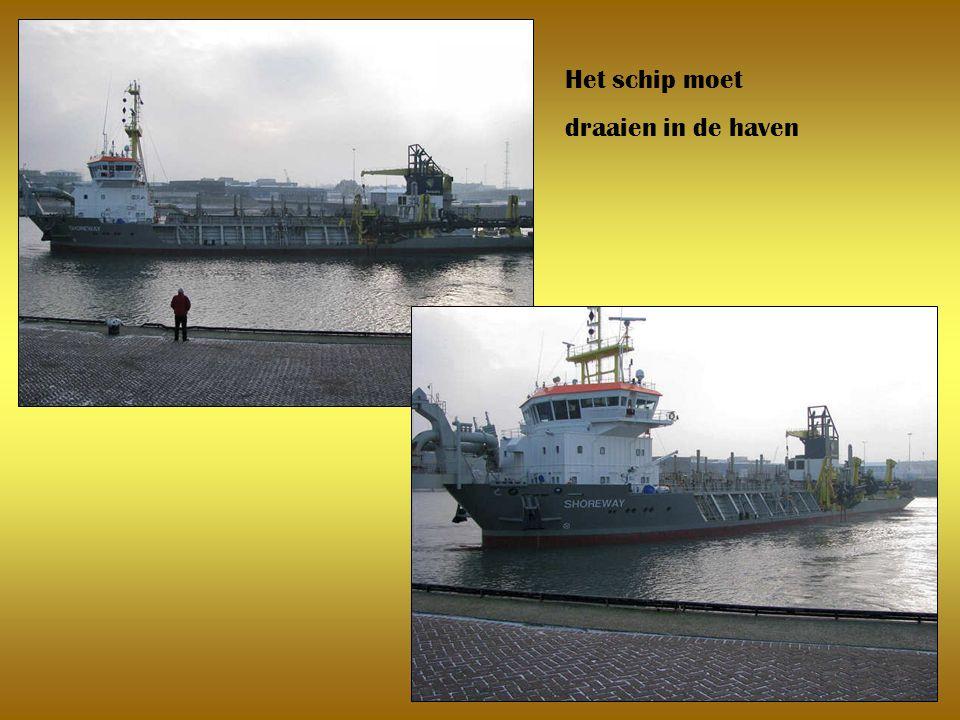 Het schip moet draaien in de haven