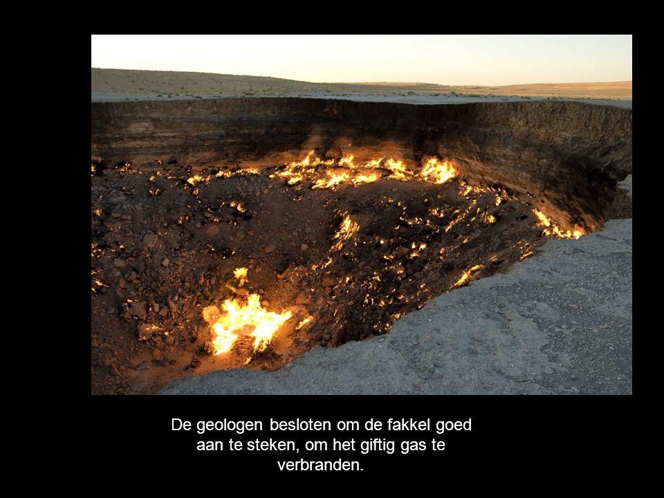 De geologen besloten om de fakkel goed aan te steken, om het giftig gas te verbranden.