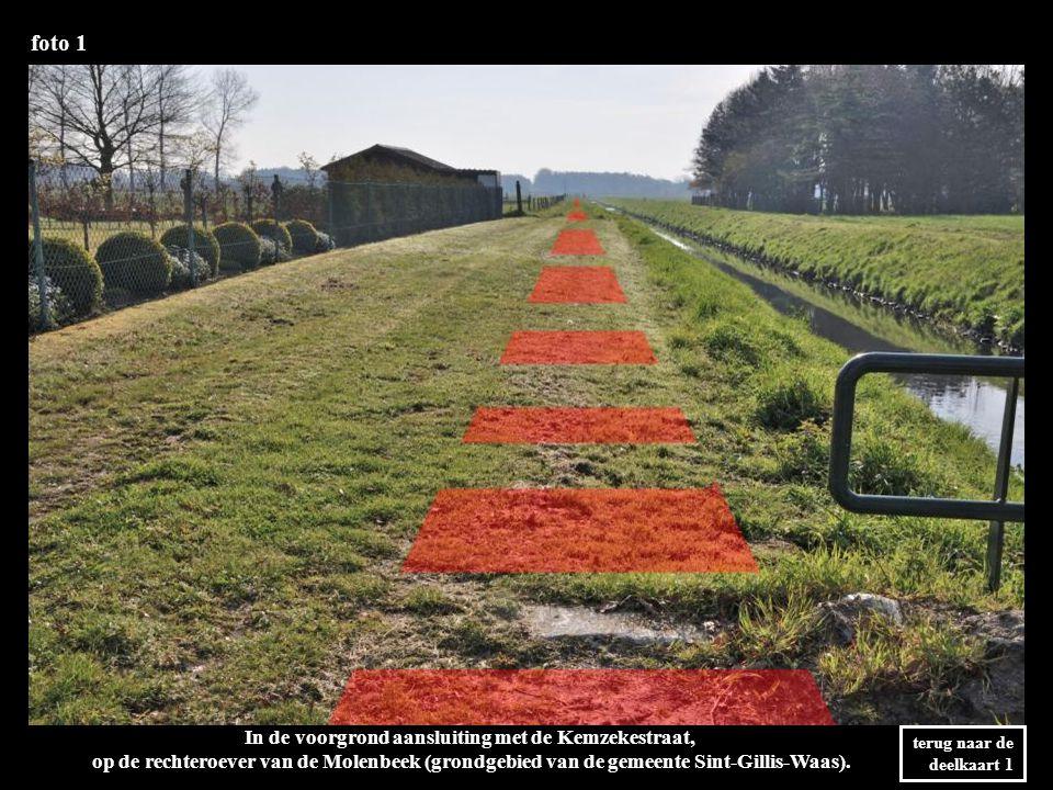 foto 1 terug naar de deelkaart 1 In de voorgrond aansluiting met de Kemzekestraat, op de rechteroever van de Molenbeek (grondgebied van de gemeente Sint-Gillis-Waas).