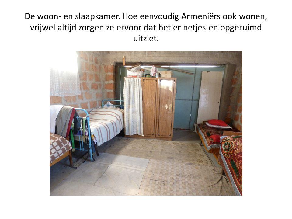 De woon- en slaapkamer. Hoe eenvoudig Armeniërs ook wonen, vrijwel altijd zorgen ze ervoor dat het er netjes en opgeruimd uitziet.