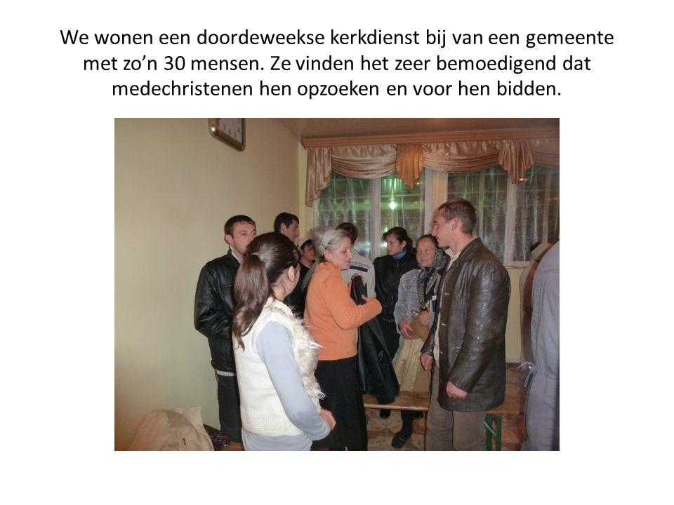 We wonen een doordeweekse kerkdienst bij van een gemeente met zo'n 30 mensen. Ze vinden het zeer bemoedigend dat medechristenen hen opzoeken en voor h