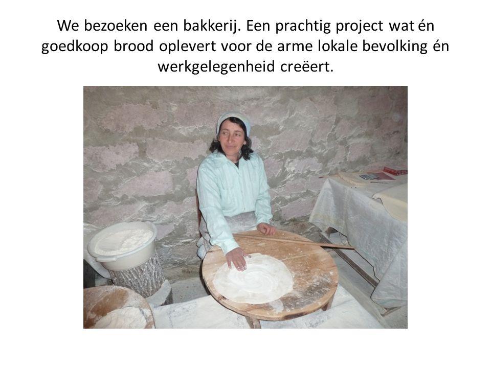 We bezoeken een bakkerij. Een prachtig project wat én goedkoop brood oplevert voor de arme lokale bevolking én werkgelegenheid creëert.