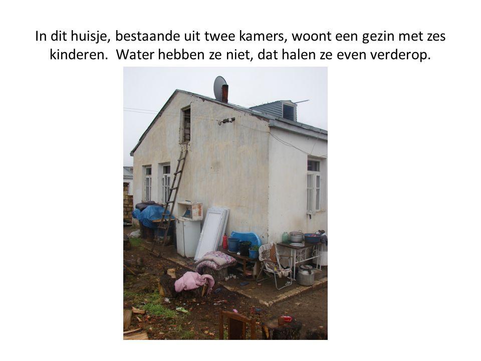 In dit huisje, bestaande uit twee kamers, woont een gezin met zes kinderen. Water hebben ze niet, dat halen ze even verderop.