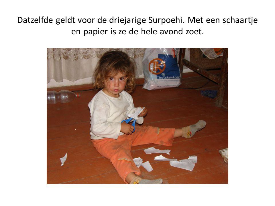 Datzelfde geldt voor de driejarige Surpoehi. Met een schaartje en papier is ze de hele avond zoet.