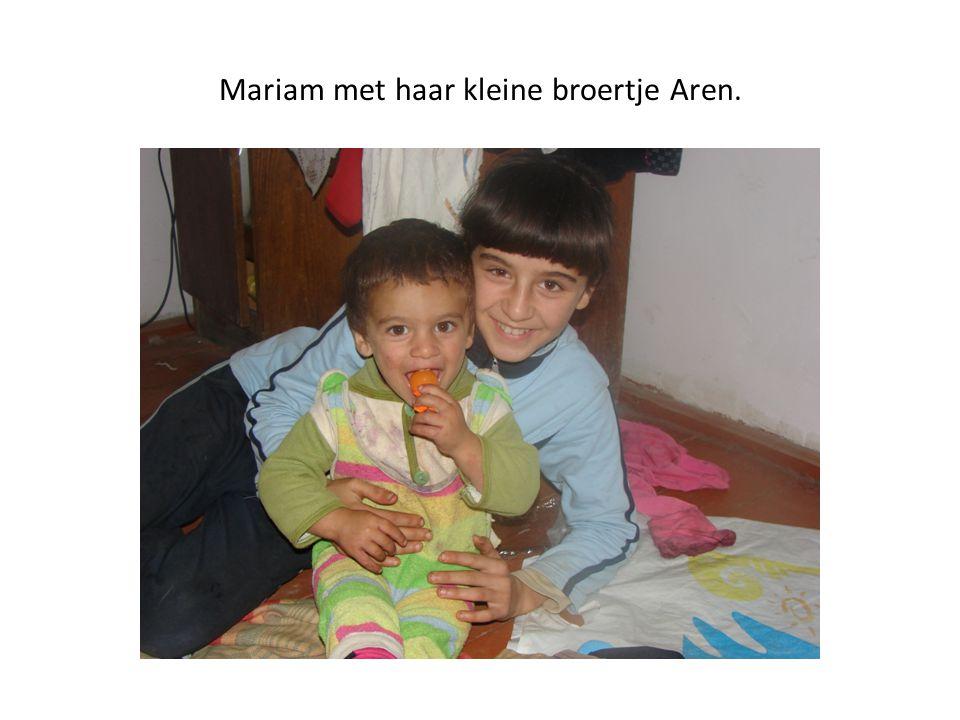 Mariam met haar kleine broertje Aren.