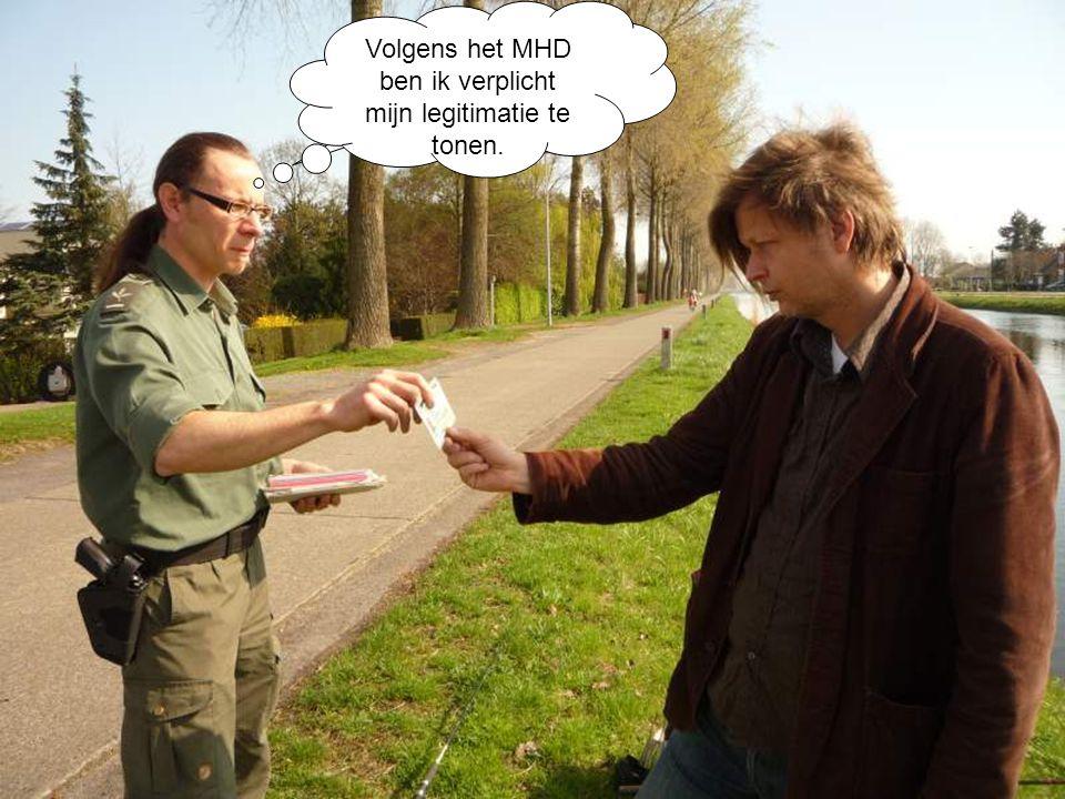 Alstublieft. Volgens het MHD ben ik verplicht mijn legitimatie te tonen.