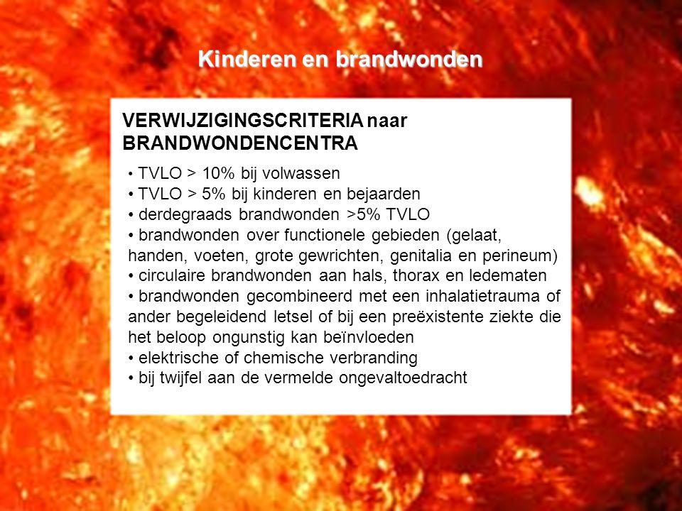 VERWIJZIGINGSCRITERIA naar BRANDWONDENCENTRA • TVLO > 10% bij volwassen • TVLO > 5% bij kinderen en bejaarden • derdegraads brandwonden >5% TVLO • brandwonden over functionele gebieden (gelaat, handen, voeten, grote gewrichten, genitalia en perineum) • circulaire brandwonden aan hals, thorax en ledematen • brandwonden gecombineerd met een inhalatietrauma of ander begeleidend letsel of bij een preëxistente ziekte die het beloop ongunstig kan beïnvloeden • elektrische of chemische verbranding • bij twijfel aan de vermelde ongevaltoedracht