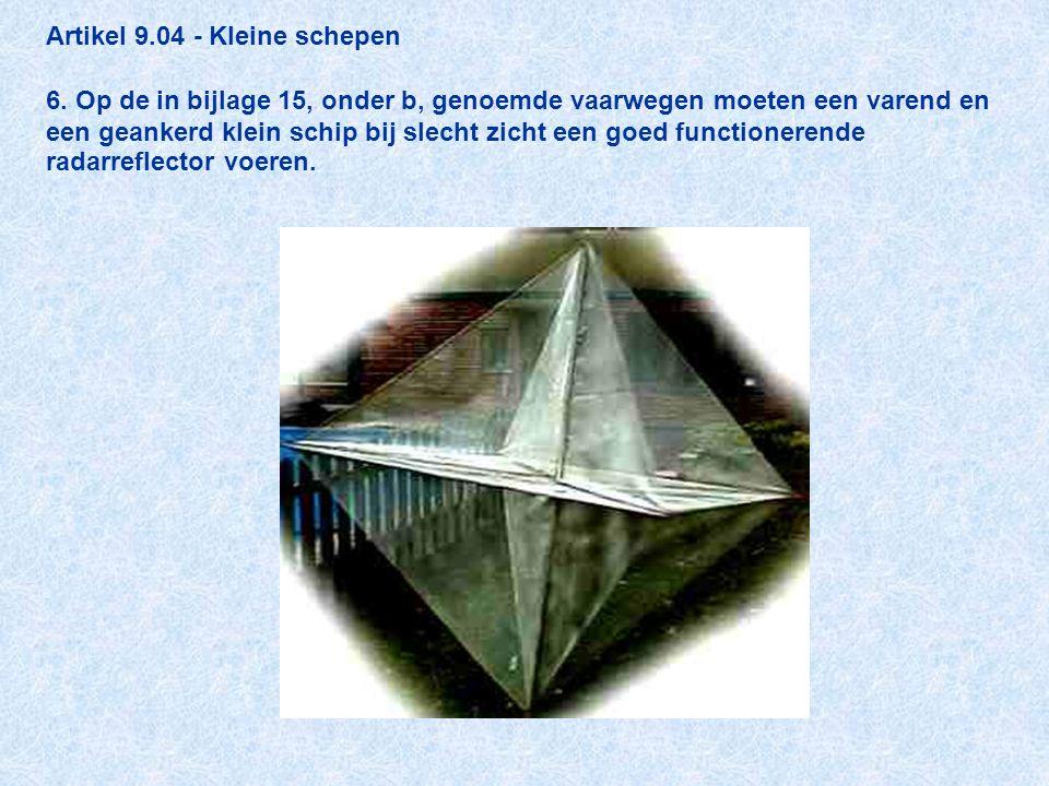 Artikel 9.04 - Kleine schepen 6. Op de in bijlage 15, onder b, genoemde vaarwegen moeten een varend en een geankerd klein schip bij slecht zicht een g