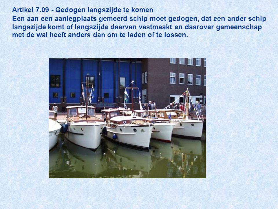 Artikel 7.09 - Gedogen langszijde te komen Een aan een aanlegplaats gemeerd schip moet gedogen, dat een ander schip langszijde komt of langszijde daar