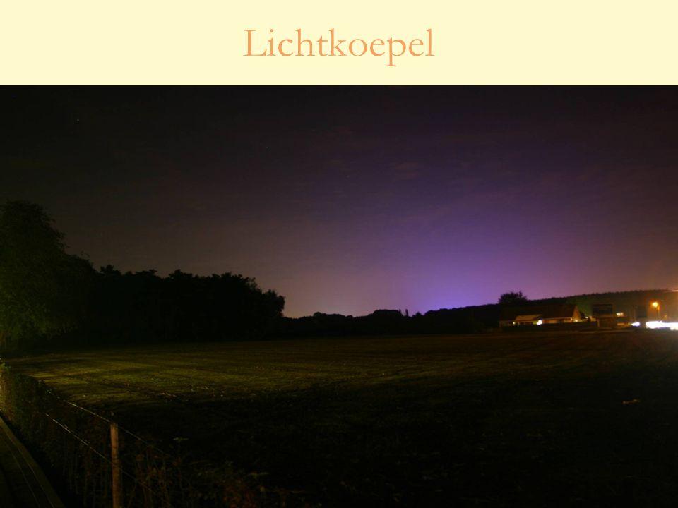 28 oktober 201030 Studiedag 'Lichthinder – effecten en oplossingen' Terreinverlichting Voetbalveld in Sinaai (Sint-Niklaas) vroeger (links) en nu (rechts)