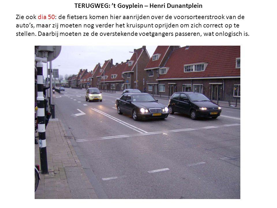 Zie ook dia 50: de fietsers komen hier aanrijden over de voorsorteerstrook van de auto's, maar zij moeten nog verder het kruispunt oprijden om zich co