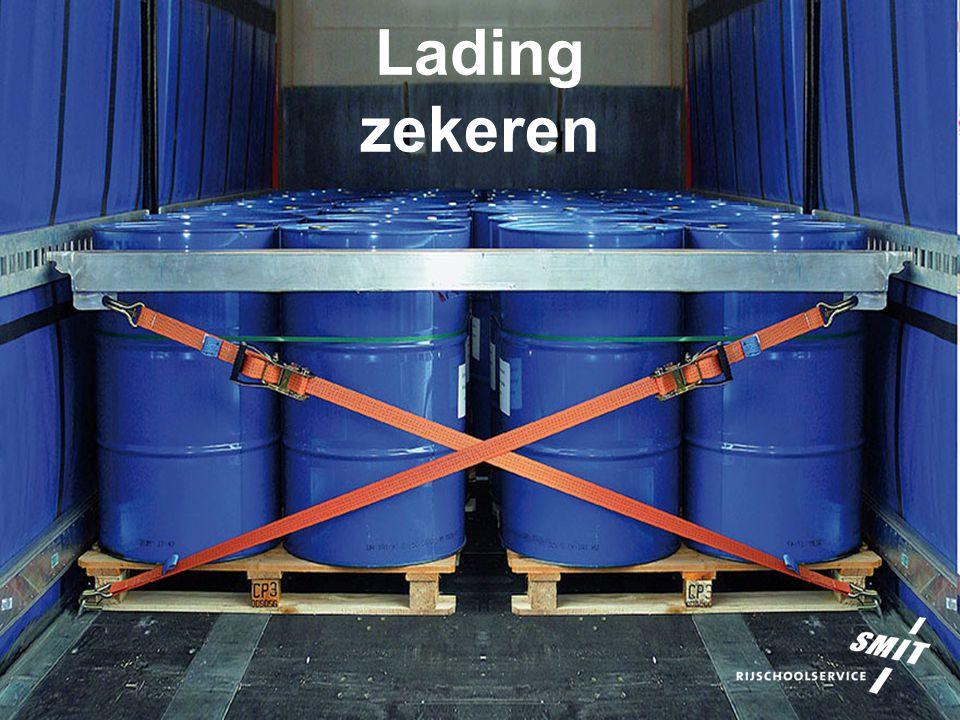 Lading zekeren 72 12.Methodes van zekeren Opsluiten met vulmiddelen Als de lading de ruimte tussen de zij- en achterwanden niet volledig opvult, zullen deze ruimtes moeten worden opgevuld met vulmiddelen om een goede vormsluiting te krijgen.