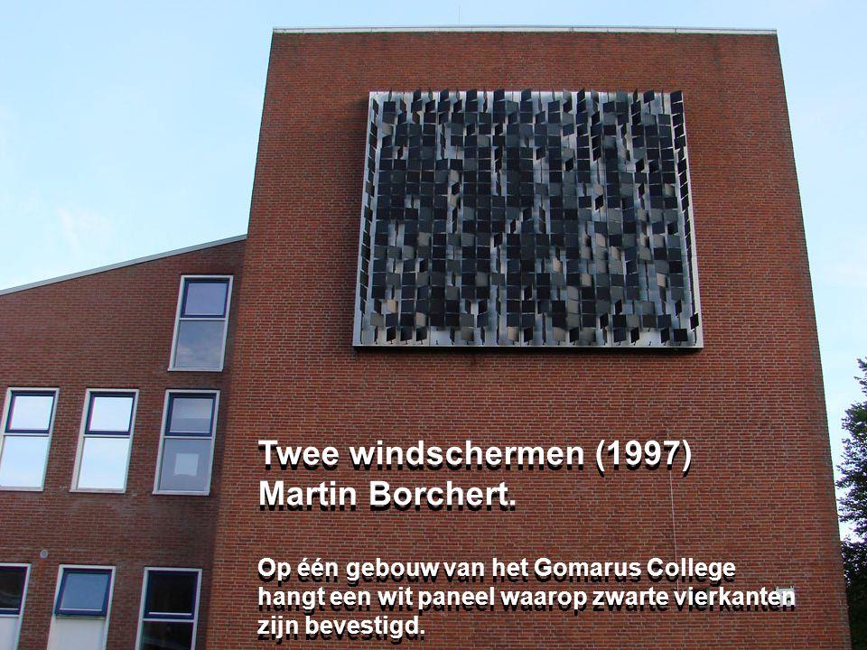 Twee windschermen (1997) Martin Borchert. Op één gebouw van het Gomarus College hangt een wit paneel waarop zwarte vierkanten zijn bevestigd. Twee win