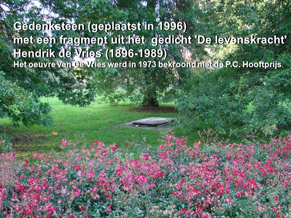 Gedenksteen (geplaatst in 1996) met een fragment uit het gedicht 'De levenskracht' Hendrik de Vries (1896-1989) Het oeuvre van De Vries werd in 1973 b