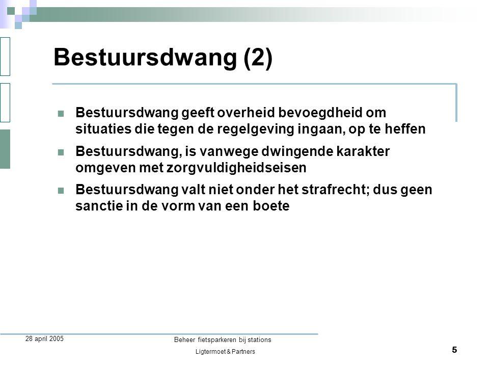 Ligtermoet & Partners Beheer fietsparkeren bij stations 6 28 april 2005 Fiets = fietswrak als: Fietswrak  rijtechnisch onvoldoende: je kunt er (eigenlijk) niet meer op rijden, en  verwaarloosd: er is al lang niet op gereden en de eigenaar heeft er kennelijk afstand van gedaan, en  geringe economische waarde: opknappen kost meer dan de fiets waard is  Waarom verwijderen: neemt ruimte in beslag die beter benut kan worden  Juridische kapstok: de model-APV van de VNG bevat een verbod op fietswrakken op de openbare weg
