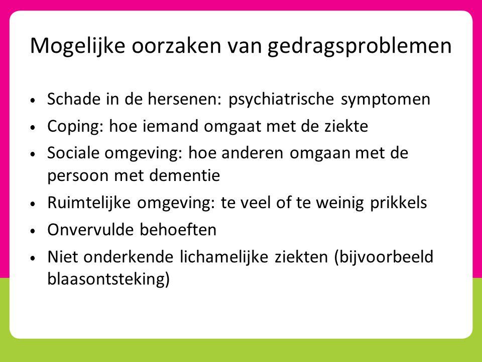 Stress en coping • Gedragsproblemen zijn een manier om de stress die veroorzaakt wordt door de dementie te verminderen • Bijvoorbeeld je terugtrekken, geen initiatief meer nemen, anderen beschuldigen, negatief zijn over alles