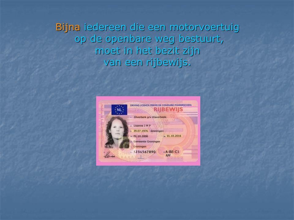 Bijna iedereen die een motorvoertuig op de openbare weg bestuurt, moet in het bezit zijn van een rijbewijs.