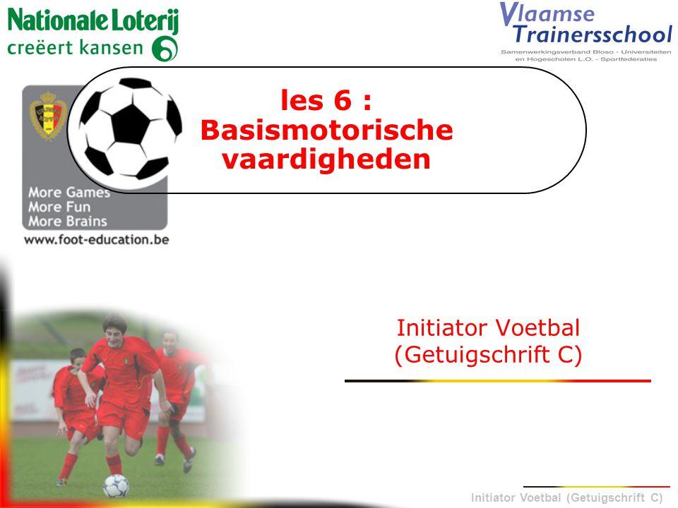 Initiator Voetbal (Getuigschrift C) 3.1 WAARNEMINGSSTRUCTUREN LICHAAMSPERCEPTIE •bewegingservaring opdoen  looptechniek •statisch en dynamisch evenwicht •van dominantie naar lateralisatie  tweevoetigheid 3.