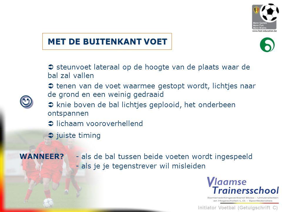 Initiator Voetbal (Getuigschrift C) MET DE BUITENKANT VOET - als de bal tussen beide voeten wordt ingespeeldWANNEER?  steunvoet lateraal op de hoogte
