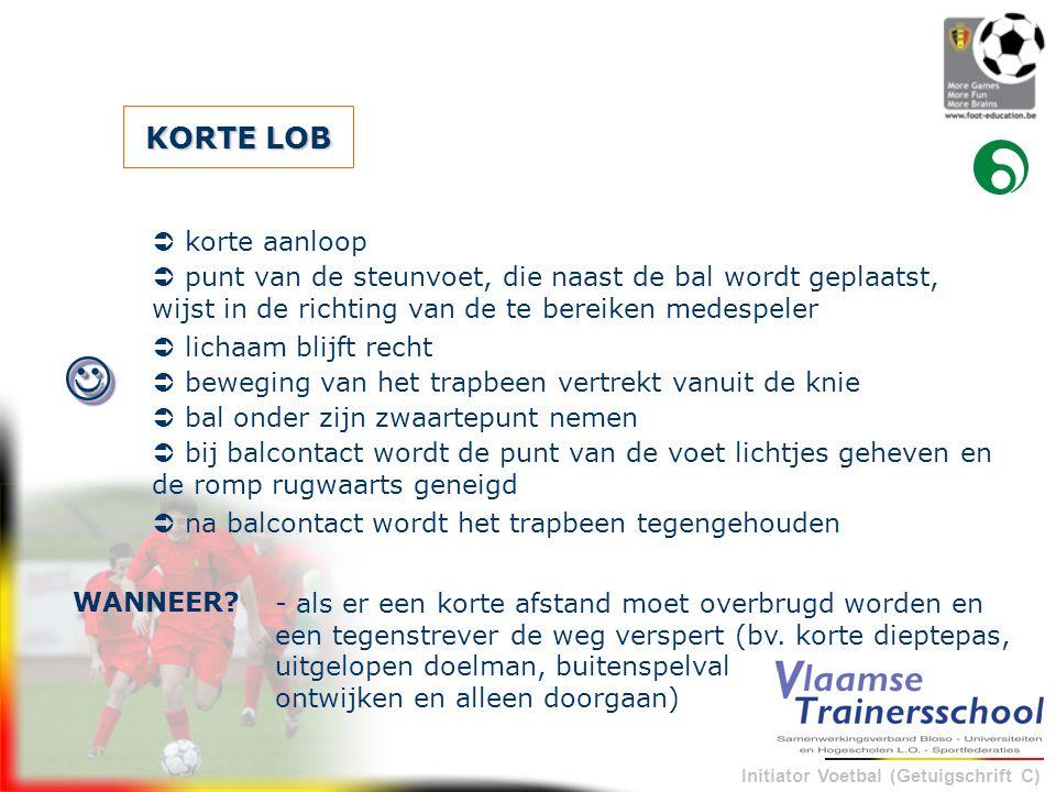 Initiator Voetbal (Getuigschrift C) KORTE LOB - als er een korte afstand moet overbrugd worden en een tegenstrever de weg verspert (bv. korte dieptepa