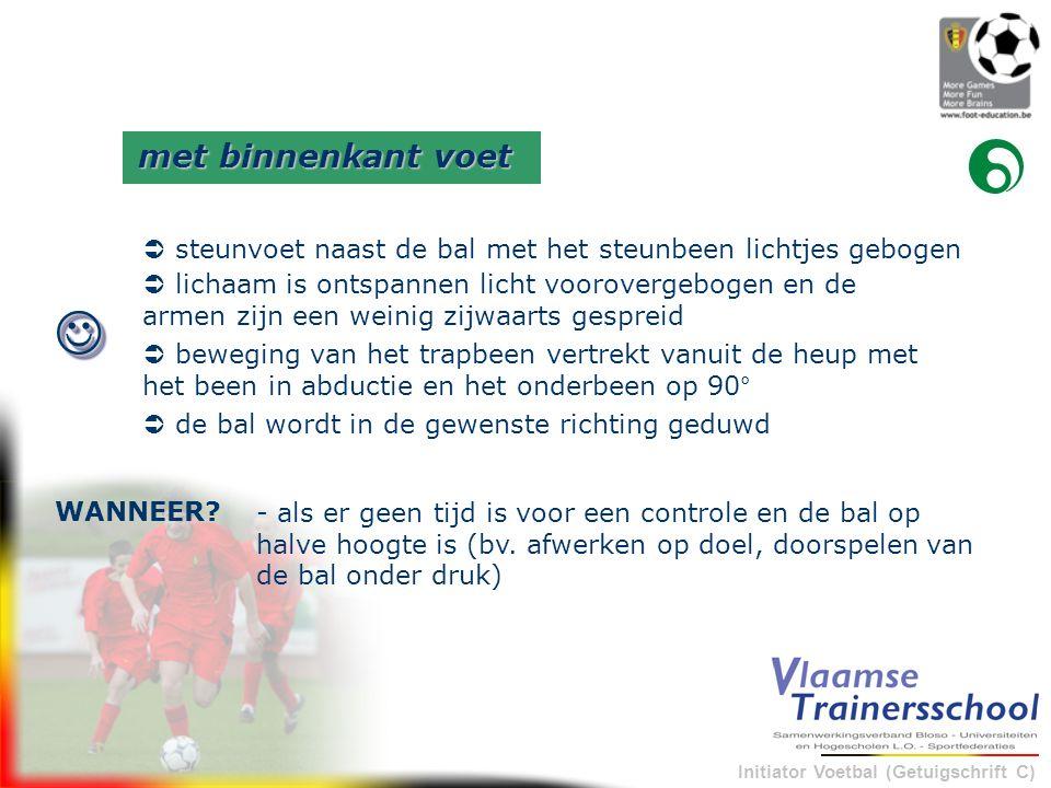 Initiator Voetbal (Getuigschrift C) - als er geen tijd is voor een controle en de bal op halve hoogte is (bv. afwerken op doel, doorspelen van de bal