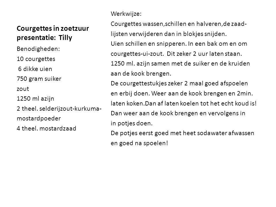 Courgettes in zoetzuur presentatie: Tilly Werkwijze: Courgettes wassen,schillen en halveren,de zaad- lijsten verwijderen dan in blokjes snijden. Uien