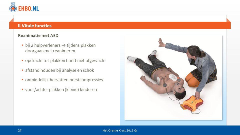 Beeld en tekst gelijk II Vitale functies Het Oranje Kruis 2013 ©27 Reanimatie met AED • bij 2 hulpverleners → tijdens plakken doorgaan met reanimeren