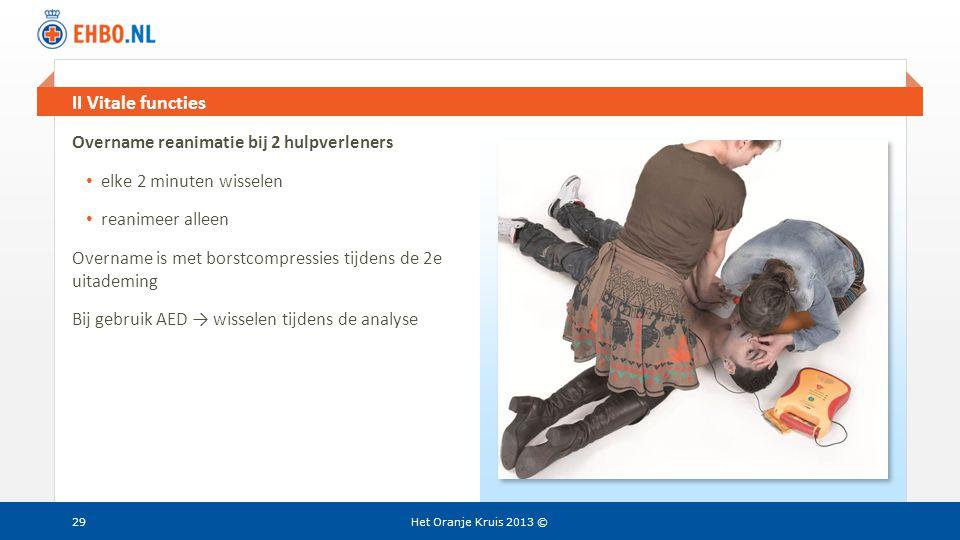 Beeld en tekst gelijk II Vitale functies Het Oranje Kruis 2013 ©29 Overname reanimatie bij 2 hulpverleners • elke 2 minuten wisselen • reanimeer allee
